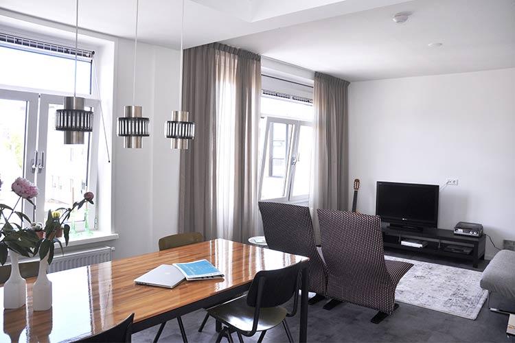 Appartement Frits woonkamer met eettafel en zithoek