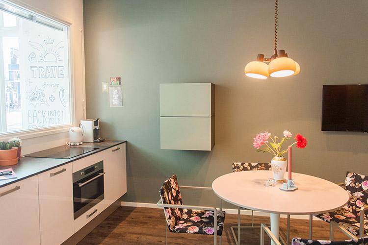 appartement-rob-luxe-keuken-met-eettafel