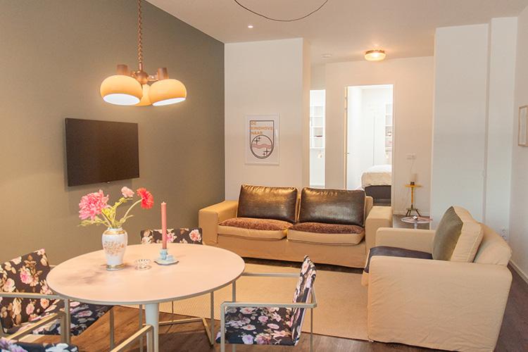 appartement-rob-woonkamer-met-eettafel-en-flatscreen
